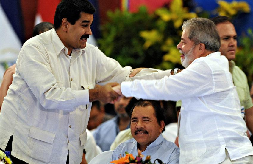 Presidente venezuelano, Nicolás Maduro, cumprimenta Lula durante encontro em São Paulo (VEJA.com/AFP)