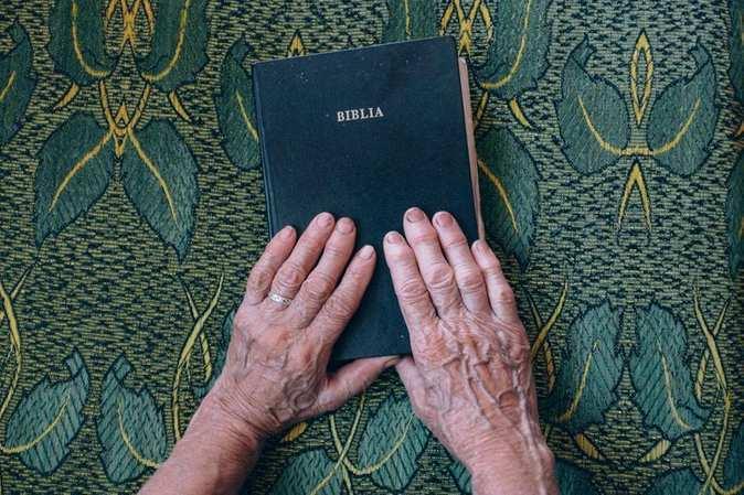 senhora-com-as-maos-na-biblia